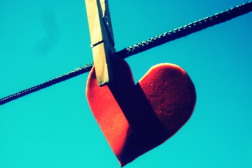 Um coração de papel suspenso por uma mola: o Reiki desperta o processo de cura interior | Foto: Camdiluv/Creative Commons