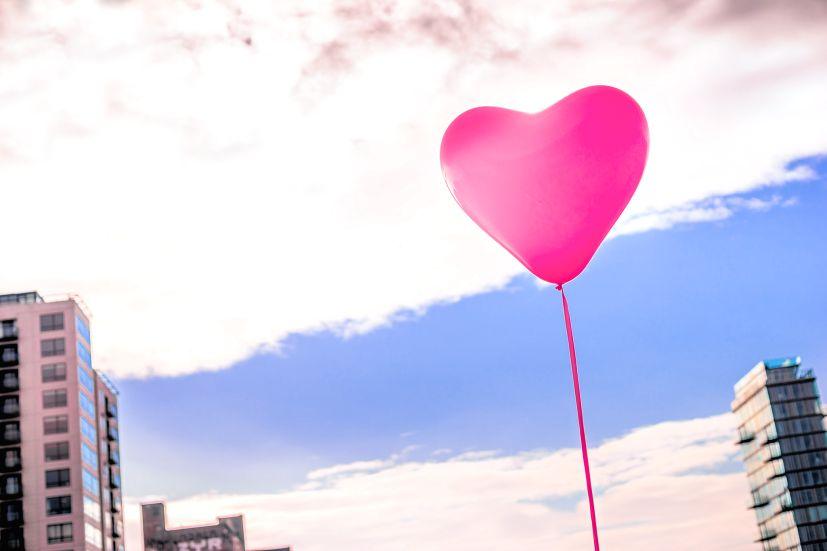 Um balão em forma de coração: perdoar faz bem à saúde física e mental, tornando-nos mais leves | Foto: Giuseppe Milo/Creative Commons