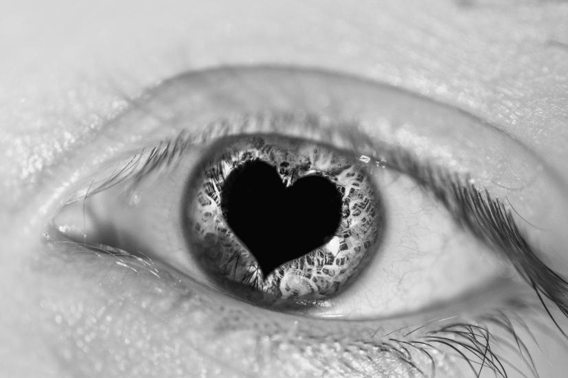 Uma pupila em forma de coração: o amor que cultivamos em nós estende-se ao que nos rodeia | Foto: Ben Mortimer/Creative Commons