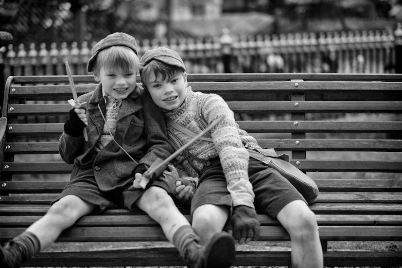 Duas crianças num banco de jardim: a infância é um fase cheia de momentos preciosos | Foto: David Guyler/Creative Commons