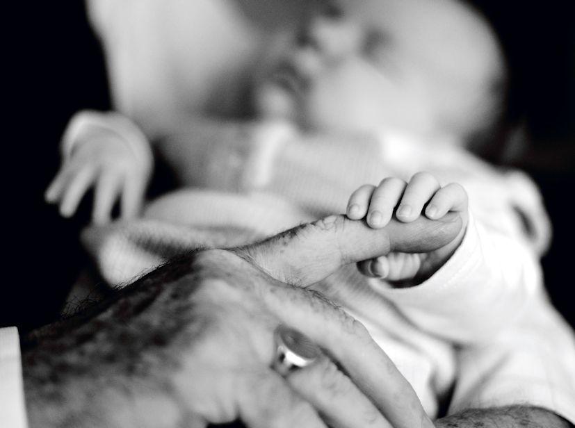 Um avô com o neto ao colo: cada fase da vida tem desafios próprios | Foto: conorwithonen/Creative Commons