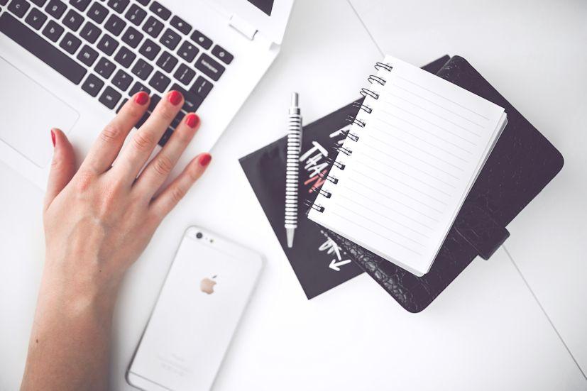 A mão de uma mulher a trabalhar no computador: as mulheres atuais sofrem grandes pressão social | Foto: Karolina Grabowska.STAFFAGE/Pexels