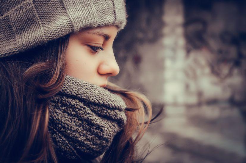 Uma rapariga com roupas de inverno: além dos fatores externos, as nossas emoções também influenciam a saúde | Foto: Nastya Birdy/Creative Commons