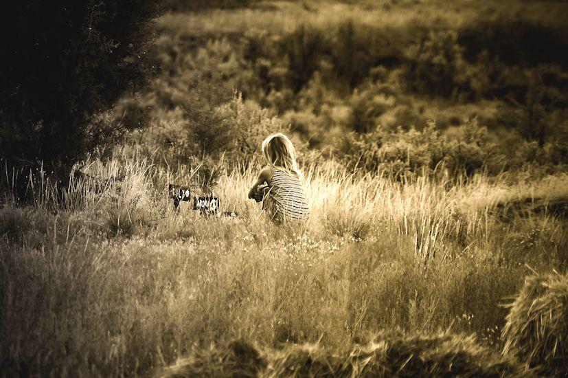 Uma menina a fazer o luto dos seus animais de estimação: a perda ocorre em várias fases da vida | Foto: William Wooton