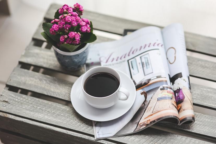 Ler uma revista e tomar café: gestos típicos do quotidiano, aos quais se pode juntar a prática do Reiki | Foto: Pexels