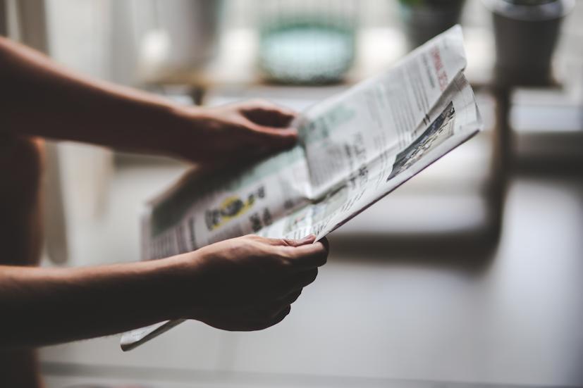 Um jornal entre duas mãos: o Reiki está cada vez mais presente nos meios de comunicação social | Foto: Pexels