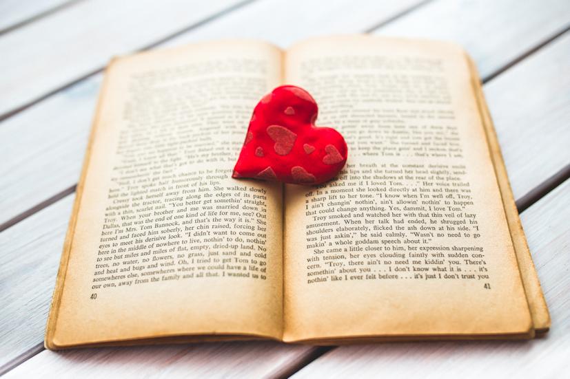 Um coração sobre o livro: a partilha de conhecimento e de experiências é essencial para a evolução pessoal | Foto: Pexels
